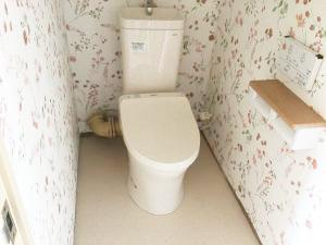 花柄の壁紙のトイレ