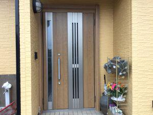 今風の玄関ドアに改装