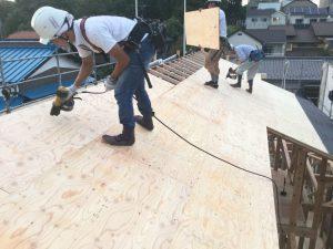 職人が屋根工事中