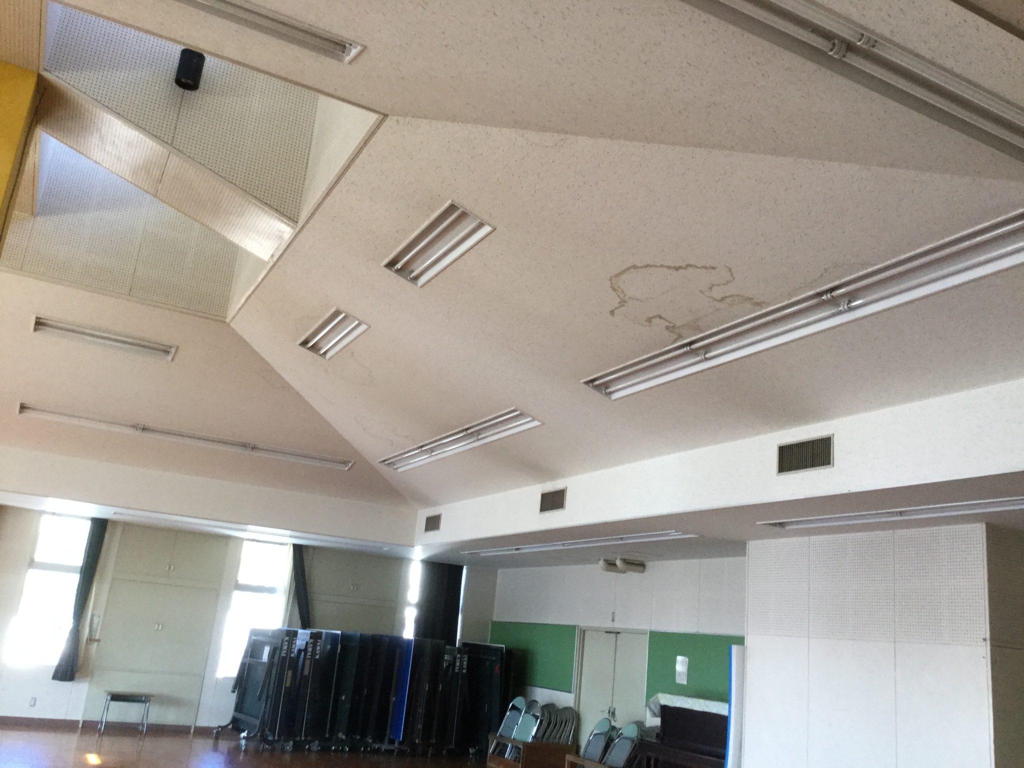 室内から見た瓦屋根の雨漏りのシミ