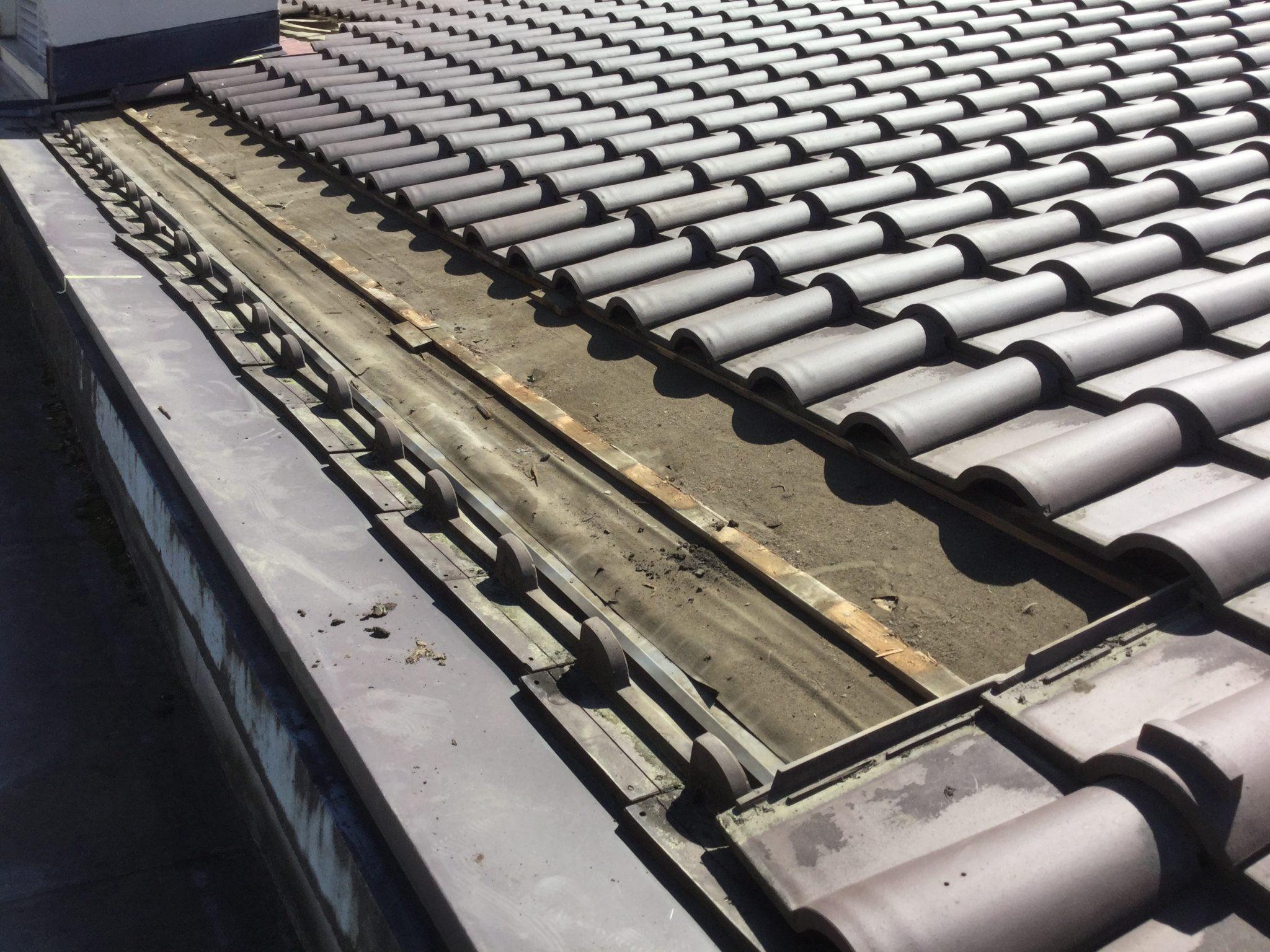 雨漏り部分の屋根瓦をどける作業
