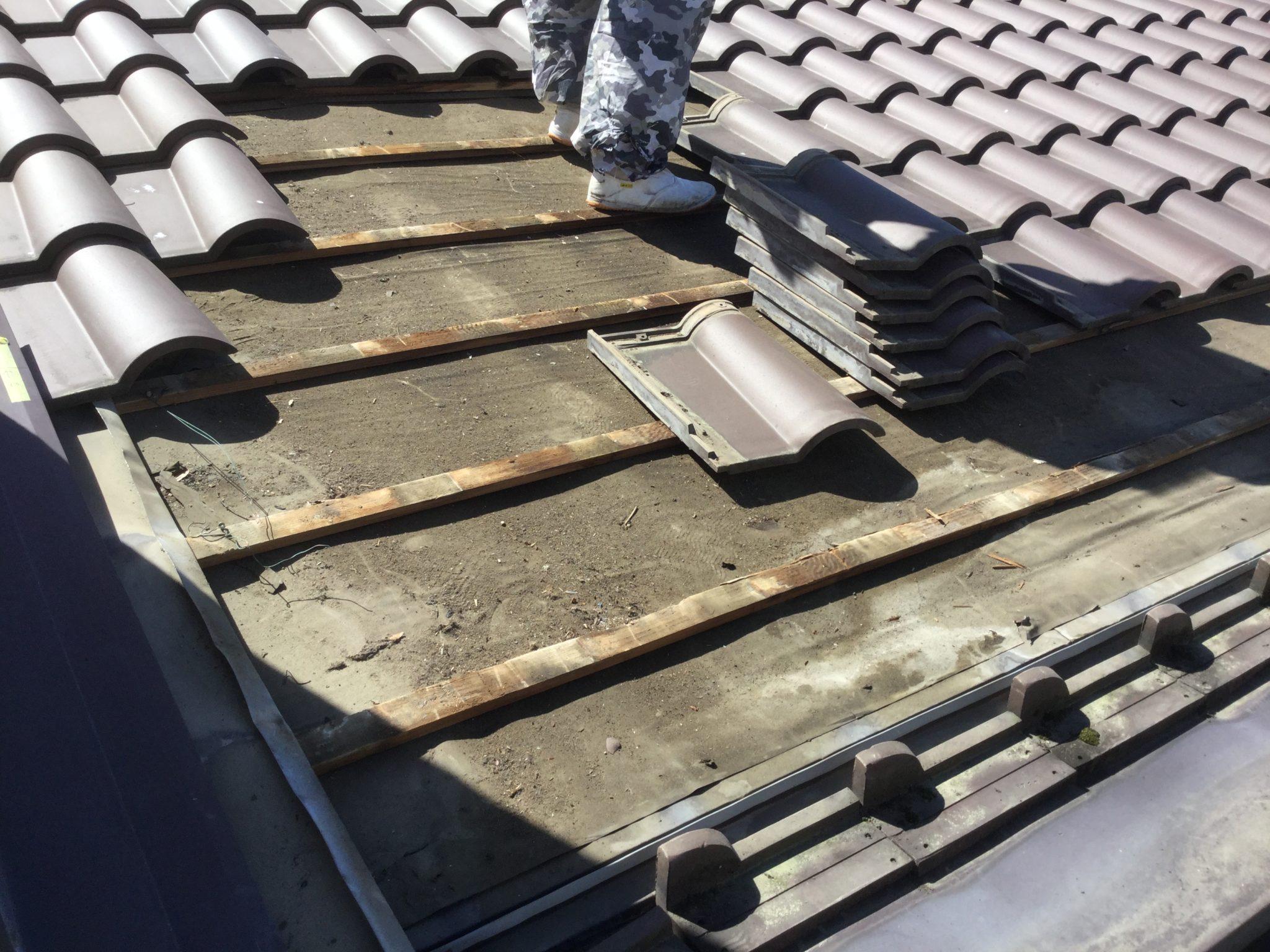 雨漏りしている部分の瓦を丁寧に剥がしていきます