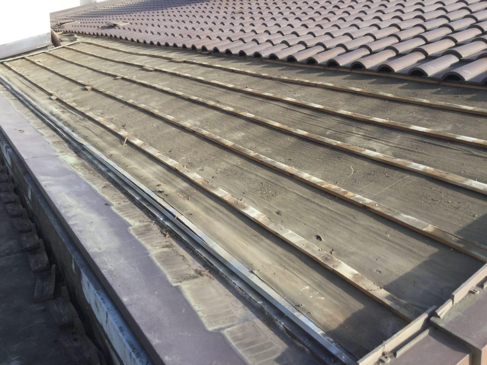 屋根の雨漏り箇所の瓦撤去作業