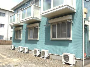 アパート外壁塗装の様子施工後の鮮やかなグリーン