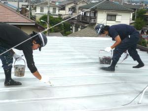 職人二人屋根の塗装中